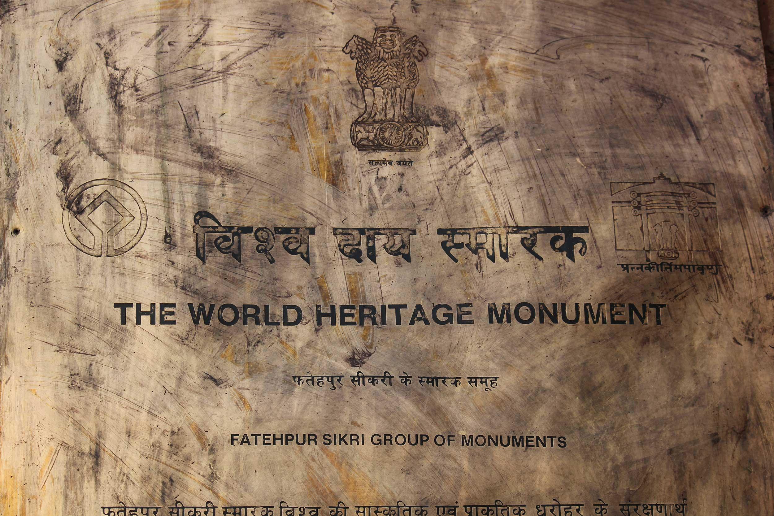 UNESCO World Heritage Site plaque at Fatehpur Sikri (© greta6/Depositphotos.com)