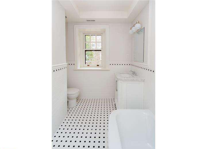 Lincoln Drive - hall bath