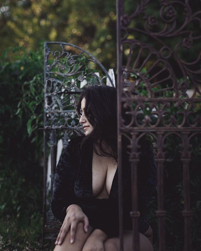 Good Night Dolls 💋 ___ Another beauty from our Skog Gone Rogue Retreat 🖤 ___ #photographyretreat #boudoirphotographer #boudoirretreat #boudoir #skoggonerogue #photographyworkshop