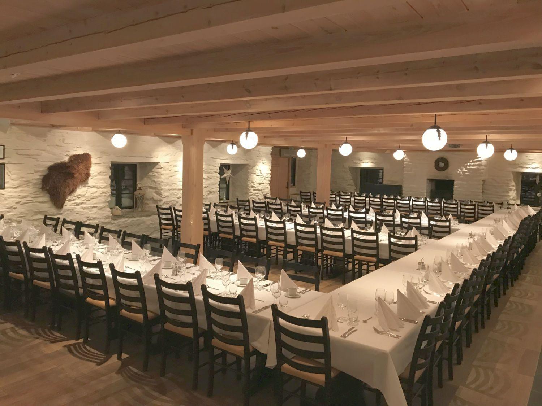 Selskapslokalet Fjøset dekket til bryllup.
