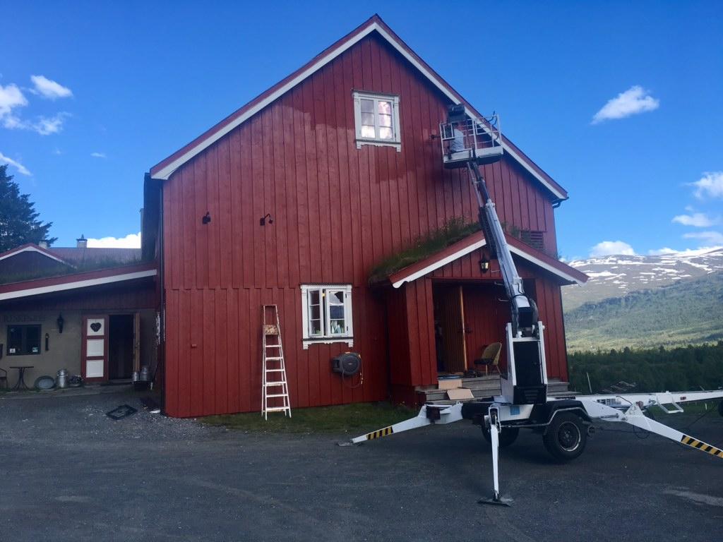 Med 15 hus på gården er det alltid noe som måvedlikeholdes, eller pusses opp (det skal vi se mer på senere). Bra at det da er flere generasjoner som er i sving, både høyt og lavt! Foto; Linda Mai