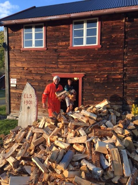 Det går med noen lass med ved i løpet av vinteren.Bestefar Leif og barnebarnet Leif Daniel stabler ved. Foto; Linda Mai