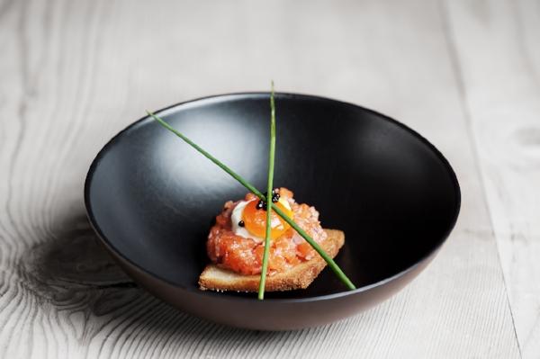 Ørrettartar med confitert eggeplomme og kaviar