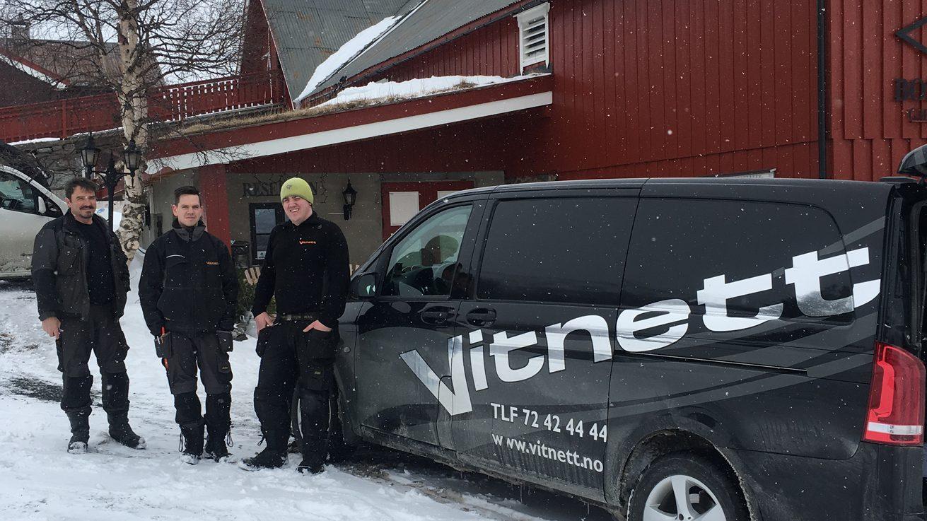 Vitnett-montørene Paul Loe (f.v.), Daniel Moe og Roar Lund sørget for at det ble fast fibernett i Bortistu. Foto: Bortistu Gjestegard