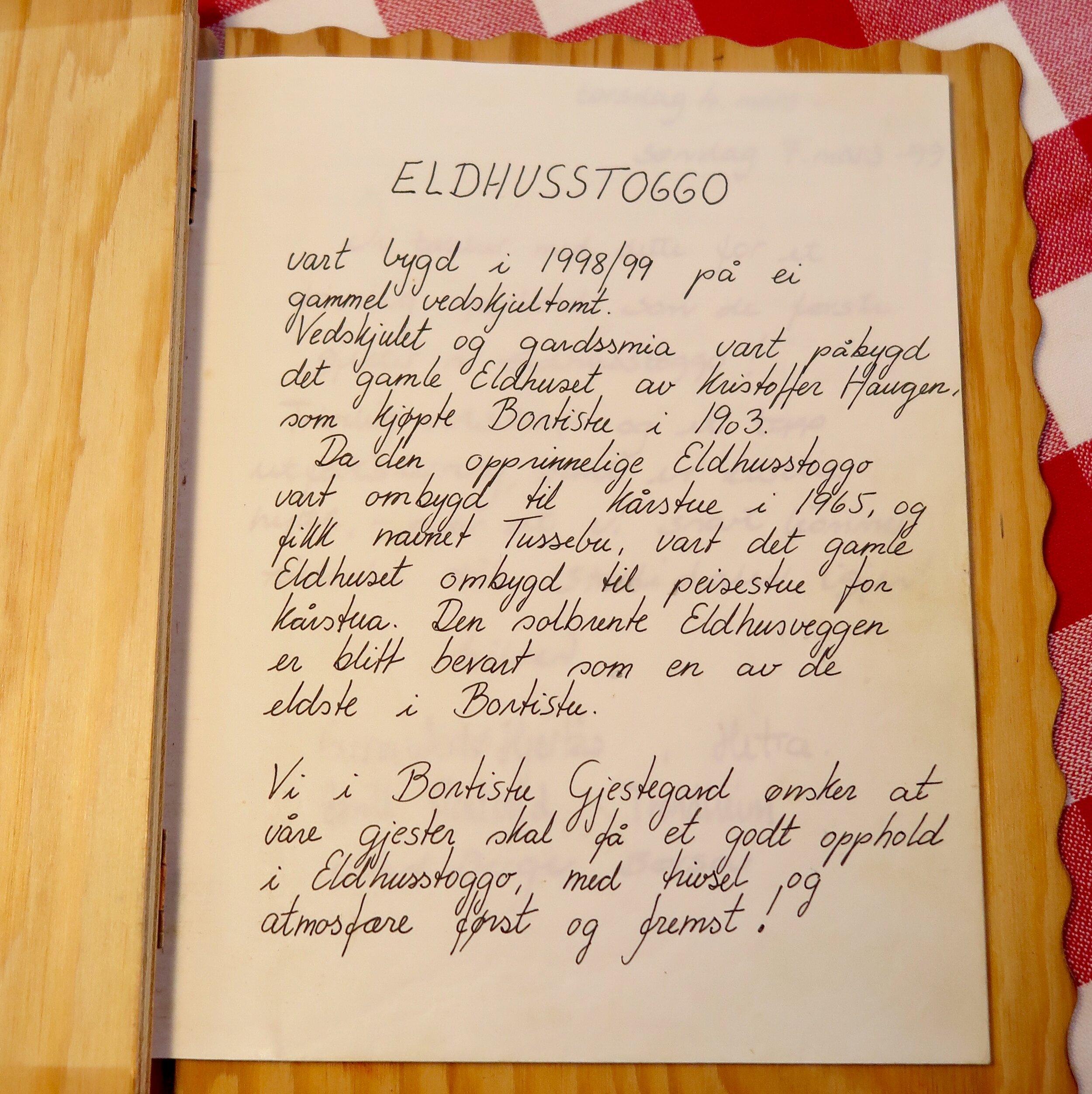 På første side får vi fra Linda Mai sin mor, Inger Marie en håndskrevet historie til hytta og blir ønsket velkommen til Bortistu Gjestegard. At det er god atmosfære her kan jeg skrive under på. Og når jeg leser om alle de fine opplevelsene folk har hatt hatt her, er jeg overbevist om at også vi vil få det.