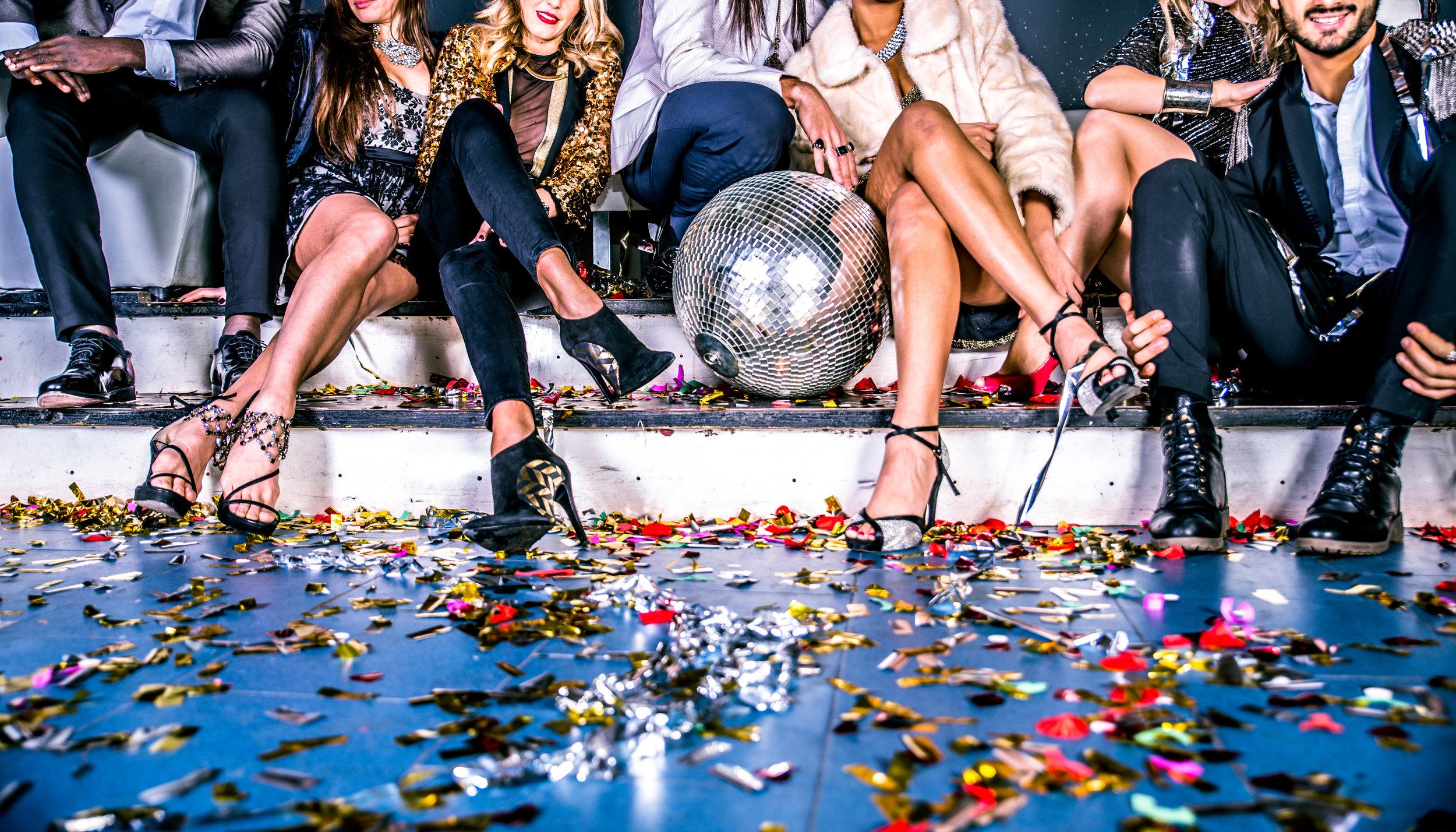 Friends-having-party-in-a-nightclub-655978890_5308x3032.jpeg