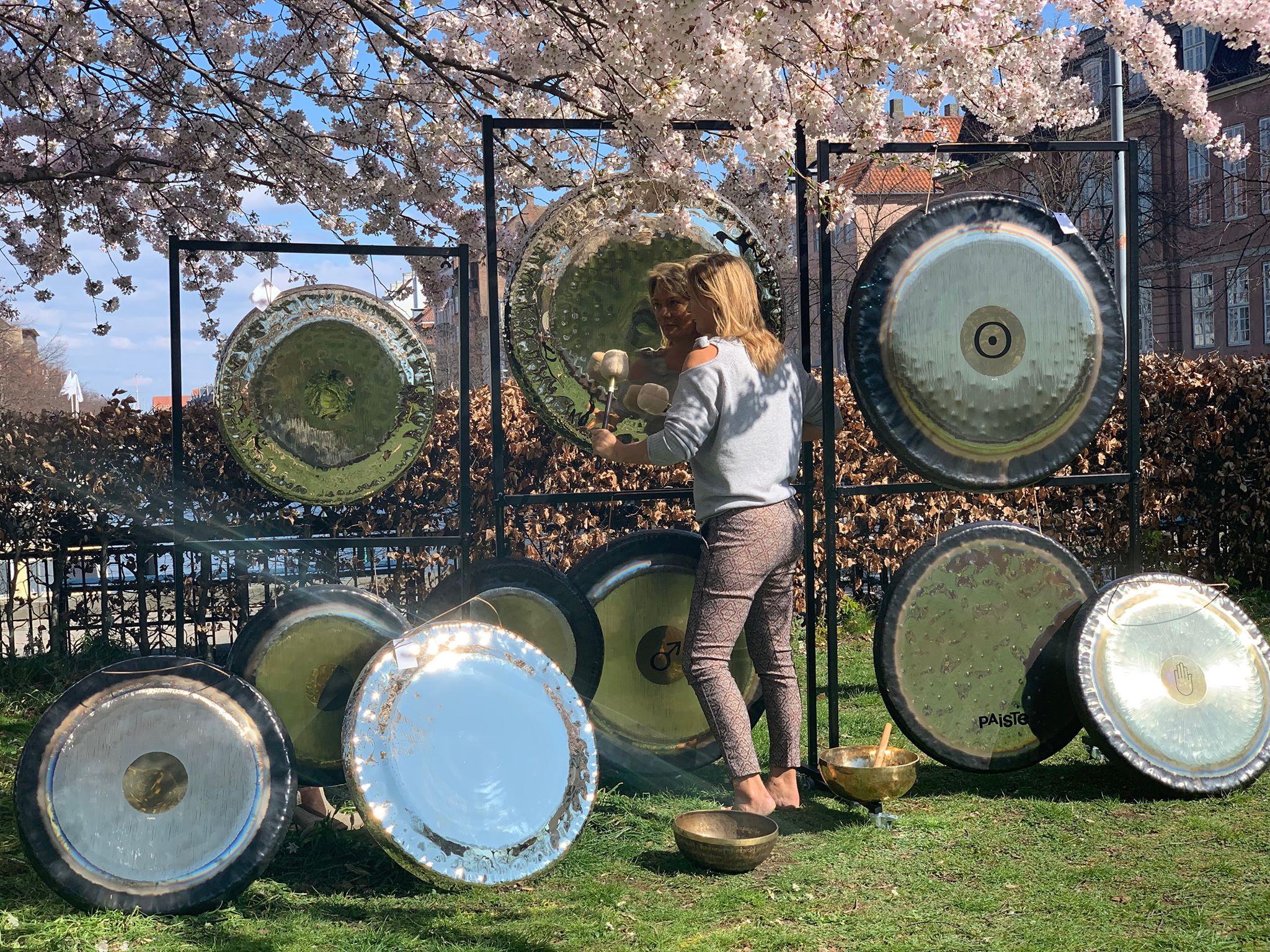 Gong spil i haven med kalalen.jpg