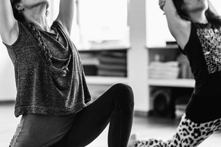 - Beginner VinyasaDiese Klassen sind speziell für Yoga-Neulinge konzipiert, in welchen man die Basis des Vinyasa Yoga erlernt. Jede Klasse fokussiert sich auf ein spezifisches Thema oder eine Gruppe von Asanas (Stellungen). Trotzdem ermutigen wir Praktizierende aller Erfahrungsstufen regelmässig diese Klassen zu besuchen, um ein tieferes Verständnis der eigenen Anatomie zu erlangen und mehr über die veschiedenen Asana-Techniken und deren Anordnung zu lernen. Hilfreich dabei ist offen für neue Erfahrungen zu sein und sich daran zu erinnern, dass wir alle immer wieder dazulernen. In jeder Klasse begibst du dich auf eine neue Entdeckungsreise zu dir selbst.Zum Stundenplan.