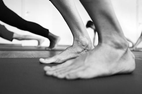"""- Yin YogaYin Yoga ist eine intime, simple und achtsame Yoga Praxis, welche dich lehrt behutsamer und geduldiger mit deinem Körper umzugehen. Anders als bei den dynamischen Formen von Yoga, gibt es im Yin Yoga keine """"perfekte"""" Haltung, kein richtig oder falsch. Durch das lange Halten jeder Stellung lernen wir loszulassen, weicher zu werden und uns dem was ist zu ergeben – eine schwierige aber wertvolle Praxis in unserem eher Yang und leistungsorientierten Leben.Zum Stundenplan."""