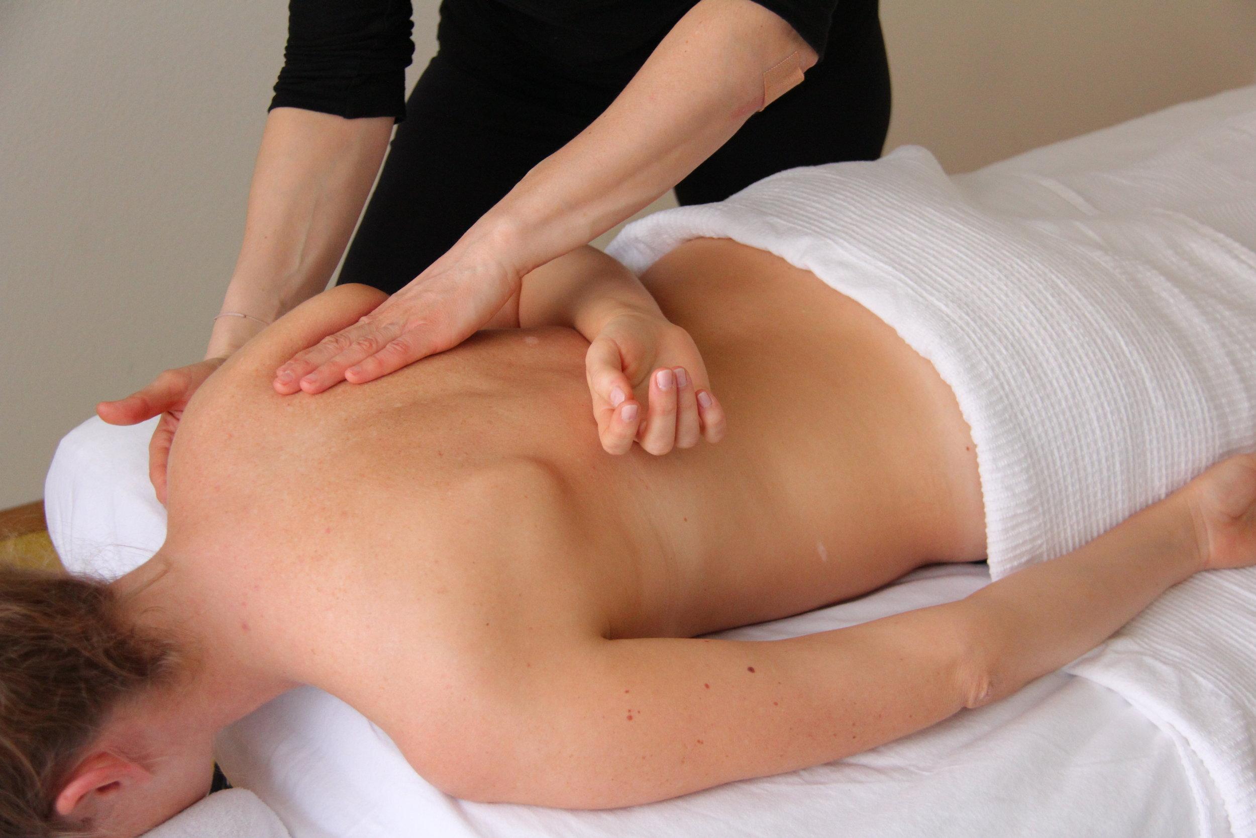 THERAPEUTISCHE MASSAGE - Eine Therapeutische oder Tiefenmuskulatur Massage lockert die verhärteten Muskeln, fördert die Durchblutung, regt den Stoffwechsel an, mildert den Schmerz, löst Verklebungen zwischen den Gewebeschichten, aktiviert die Selbstheilungskräfte, entstaut Ödeme, und macht glücklich.Therapeut: Marlene Torrent, Email Marlene