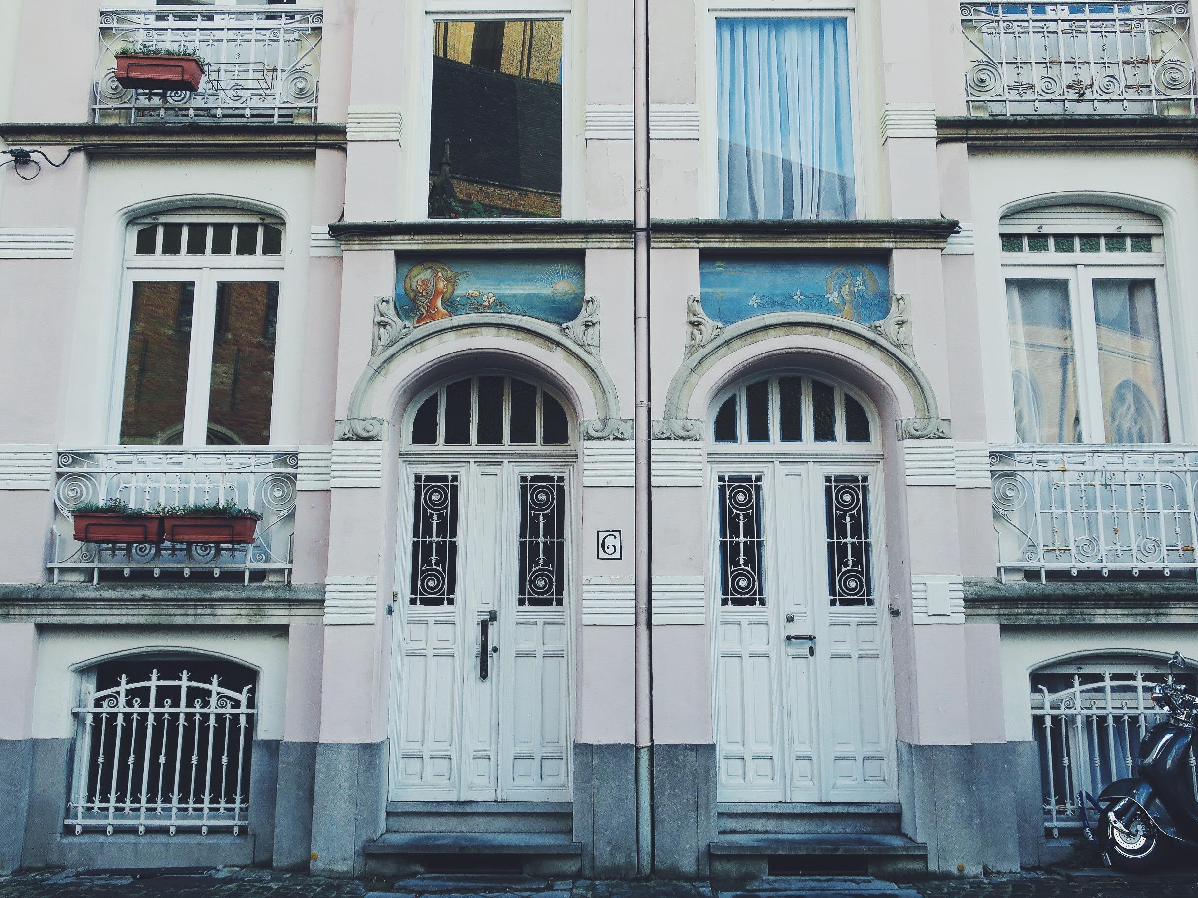 Beautiful facades on Onze-Lieve-Vrouwekerkhof-Zuid