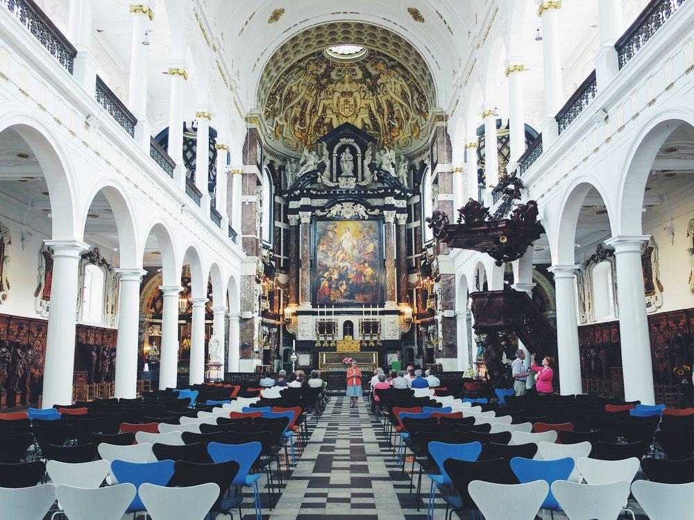 À l'intérieur du Sint-Carolus-Borromeuskerk