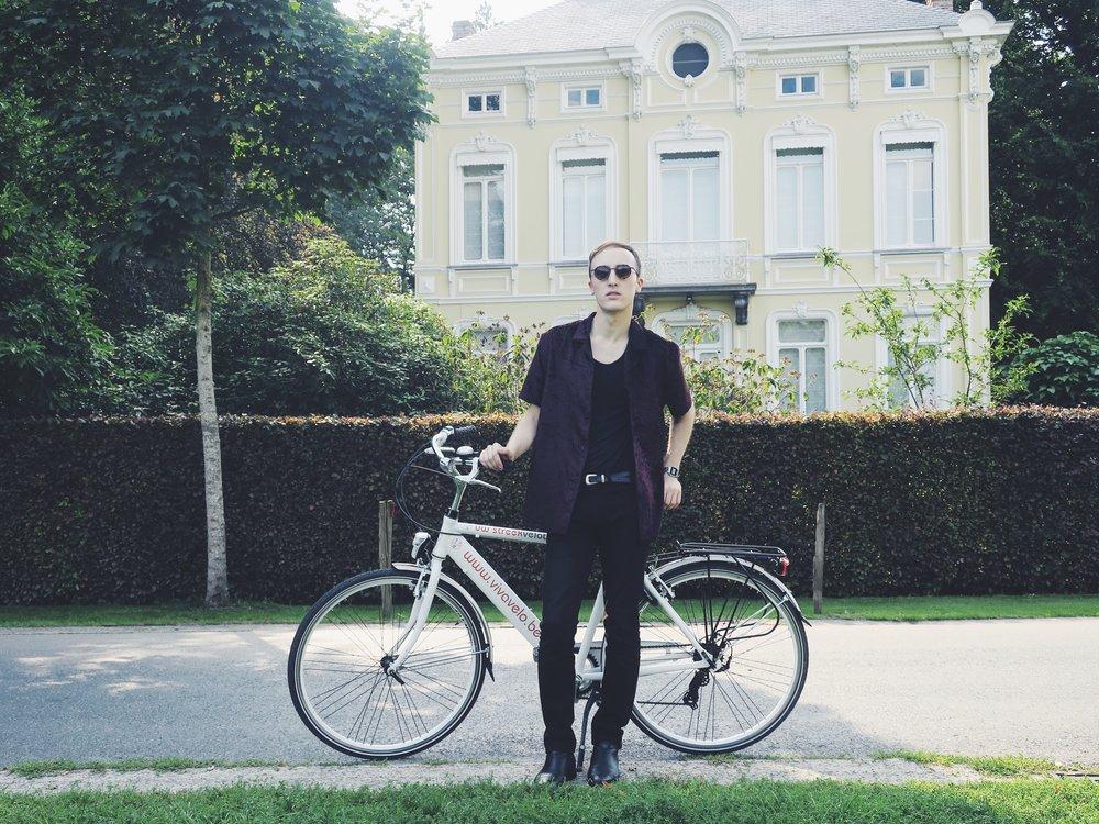 Chemise Asos - Pantalon Calvin Klein Jeans - Bottines Sacha - Lunettes de soleil Komono