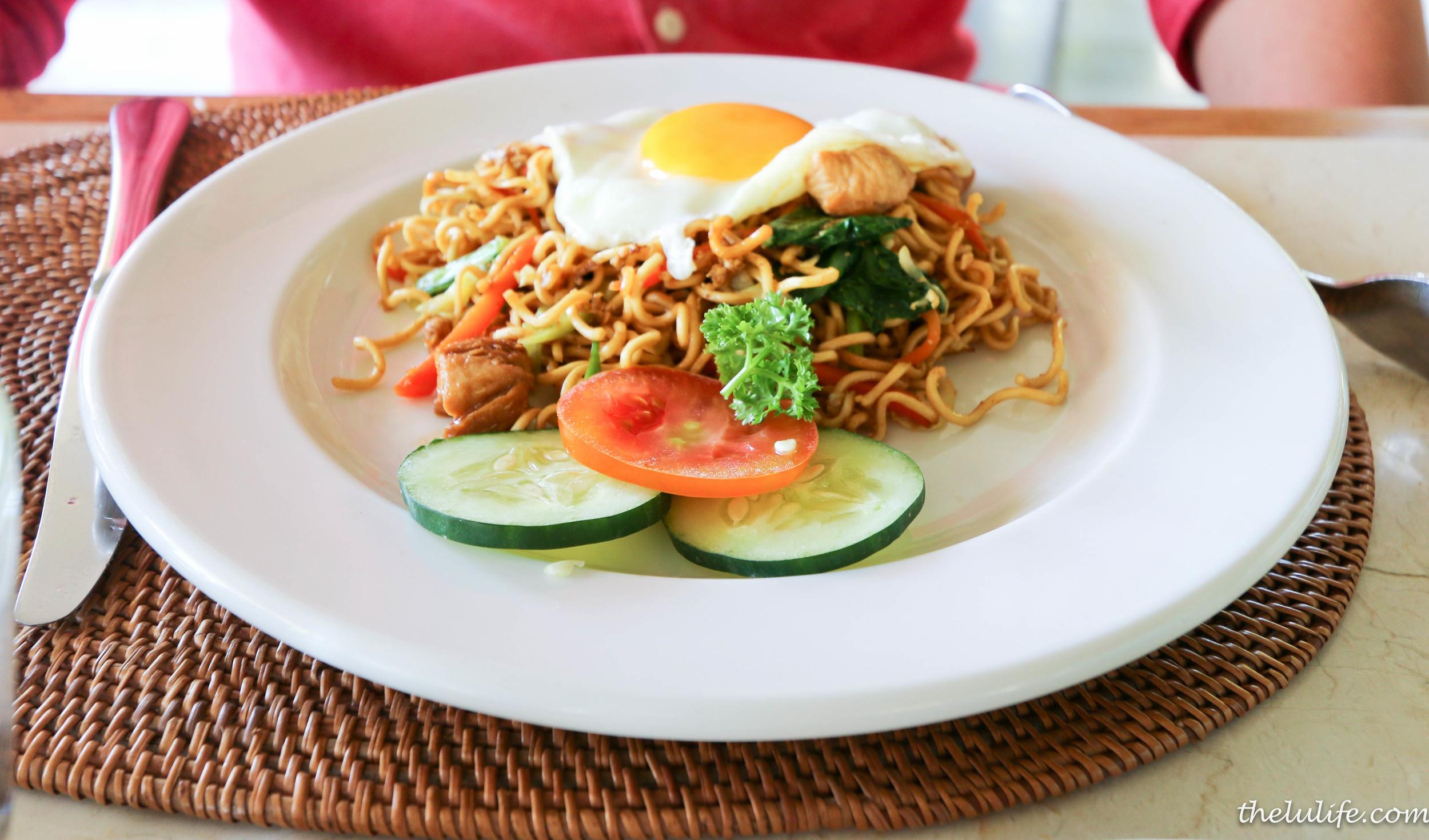 Bakmie goreng ayam - stir fried noodle with chicken, vegetables and fried egg