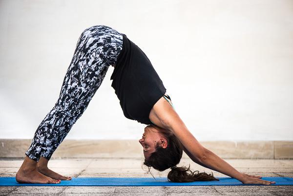 Yoga Adho Mukha Svanasana (cane a testa in giù)