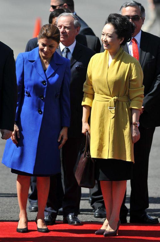 peng-liyuan-abrigo-amarillo.jpg