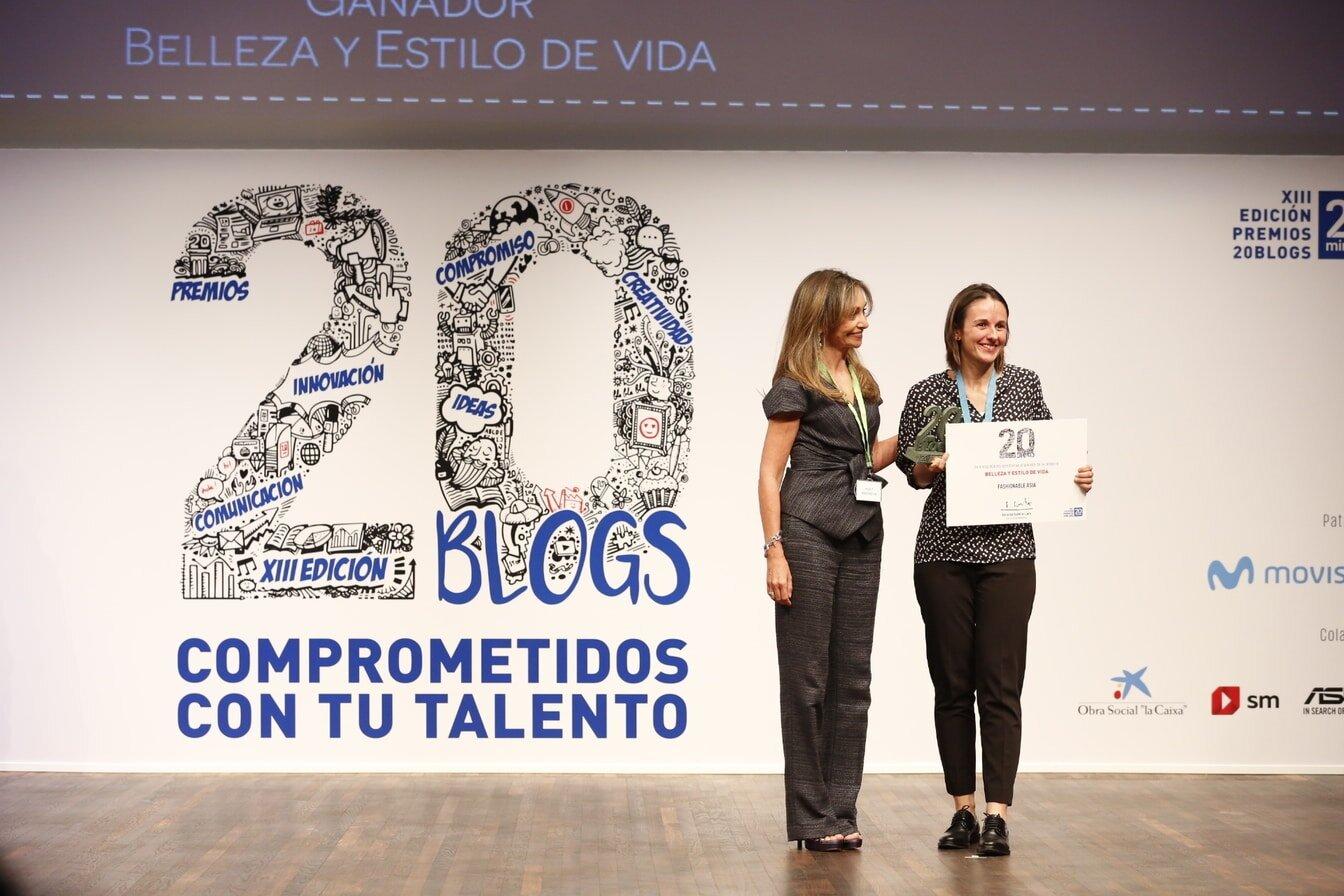 Recogiendo el premio de la mano de Natalia Dañobeitia, directora de marketing del periódico 20minutos