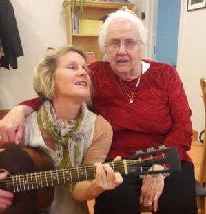 Bildetekst: Kulturkoordinator Gro Arnesdatter Hansen og beboer Ruth på Syngende Re helsehus