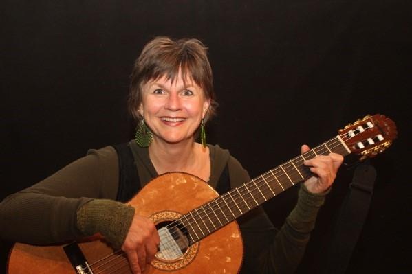 Hovedforeleser med inspirasjonsforedrag; Trine Lise Aasheim    Trine Lise Aasheim er musikkterapeut, oppvokst i Kristiansand, og bor på Grorud i Oslo. Hun brenner for, og har arbeidet med i en årrekke, at bevisst og systematisk bruk av sang/musikk skal bli brukt daglig på norske sykehjem. Sang/musikk som de eldre, og især demensrammede har lært tidligere i livet, representerer noen av de mest dyrebare ressursene de nå har. Derfor er det viktig at personalet lærer hvordan dette kan brukes i hverdagen for å styrke pasientenes opplevelse av egen identitet og velvære. Bevisst- og systematisk bruk av sang/musikk stimulerer kognitive og psykososiale funksjoner, åpner opp for kontakt og samhandling, legger til rette for god livskvalitet og kan bidra til at de eldre i størst mulig grad kan oppleve seg som aktive deltakere på sin egen livsarena. Det haster med å få implementert denne kunnskapen!
