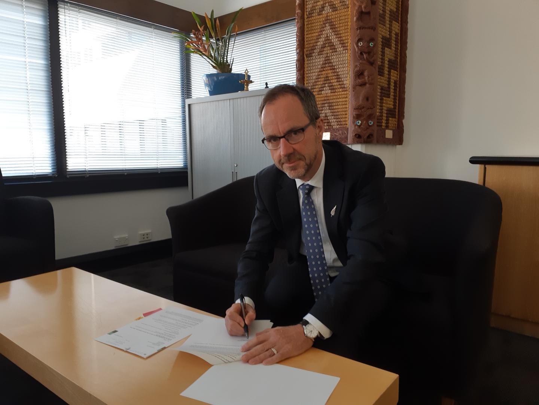 JR signing Tokelau (002).jpg