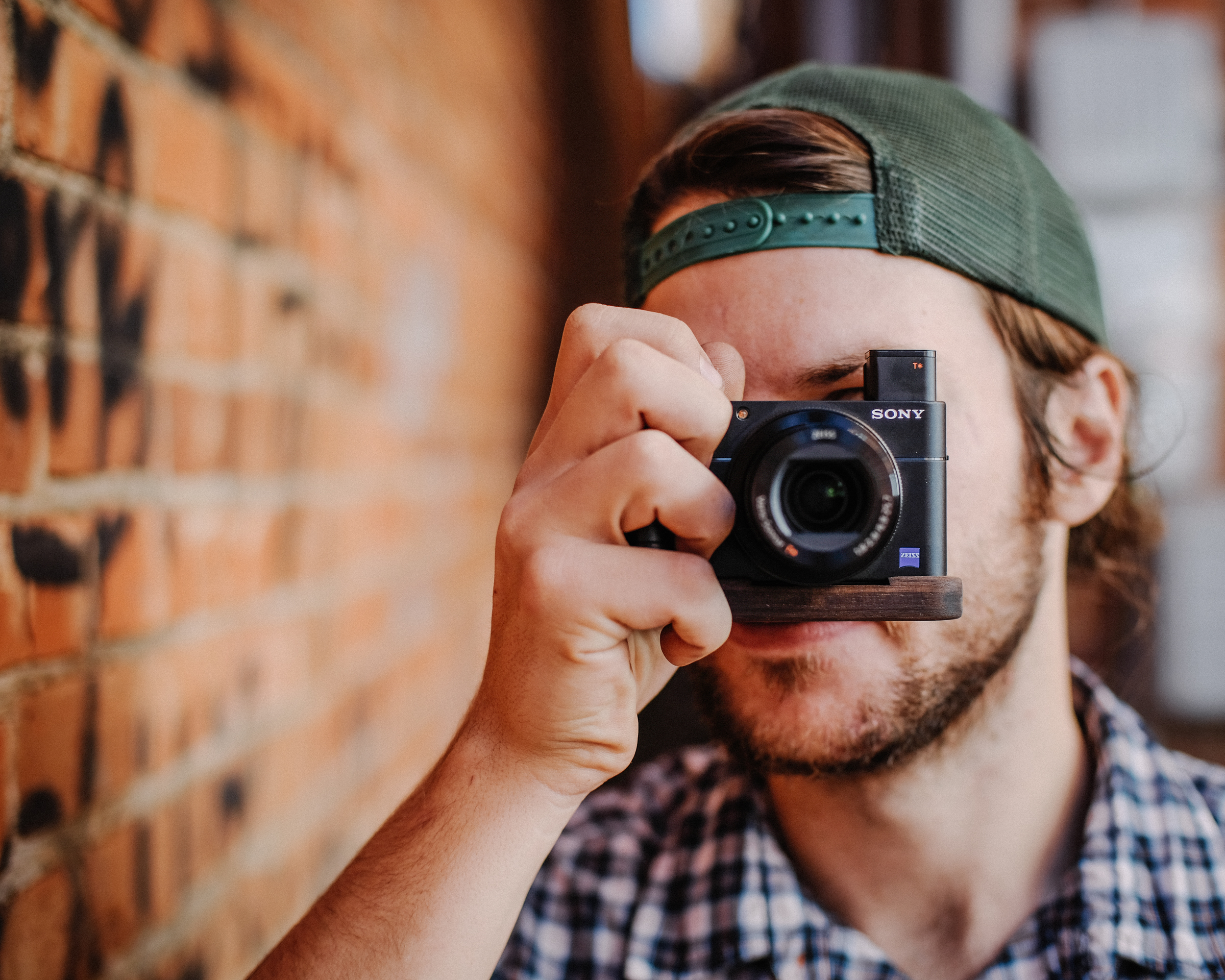 The vertical grip allows you to easily hold the camera with one hand confidently.