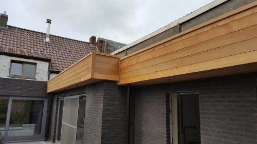 Dakoversteken in ceder - Stalhille   De bouwheer verkoos voor de dakranden cederhout zodat alles netjes één geheel vormt.