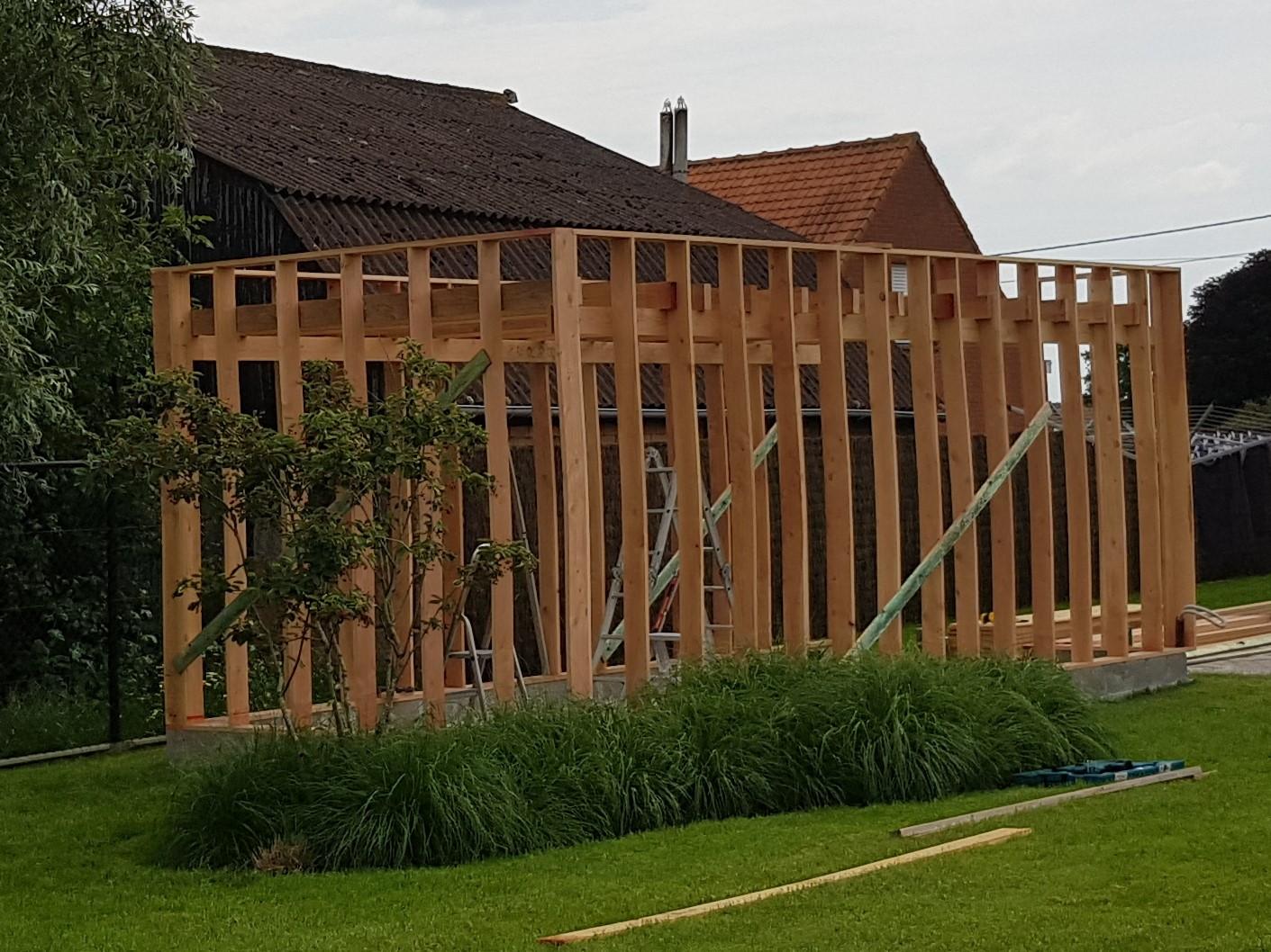 Tuinhuis op maat - Bovenkerke - juni 2019 - in aanbouw   Dit strak tuinhuis zal afgewerkt worden met zwart gedrenkt Douglas. Hier zal ook een verdoken deur ingewerkt worden. De deuropening zal extra breed zijn: de bouwheer wenst zijn zitmaaier binnen laten overnachten.
