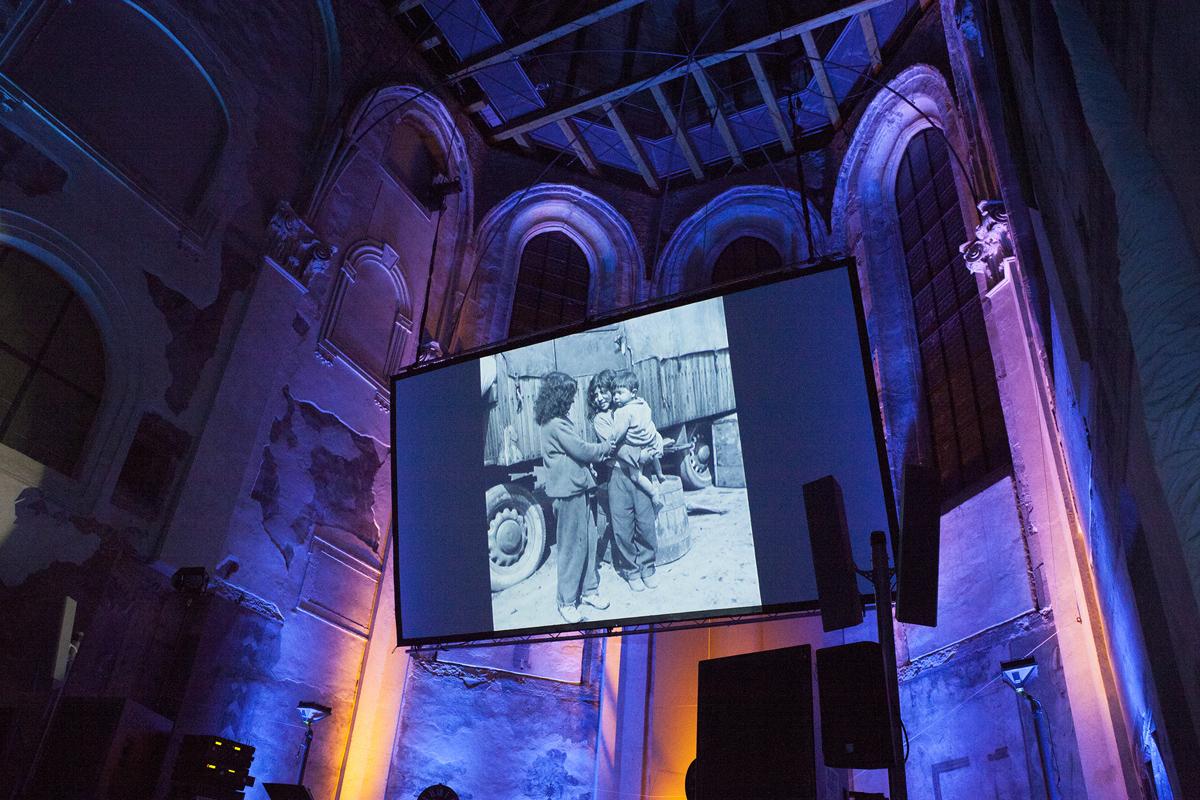 Fotografie Evy Davidové z romských osad. Paní Davidová získala cenu Roma Spirit 2014 v kategorii Osobnost.