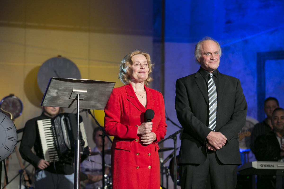 Večer zahájila Magdaléna Vášáryová a Michael Kocáb, jehož nadace Roma Spirit pořádá spolu s Otevřenou společností.