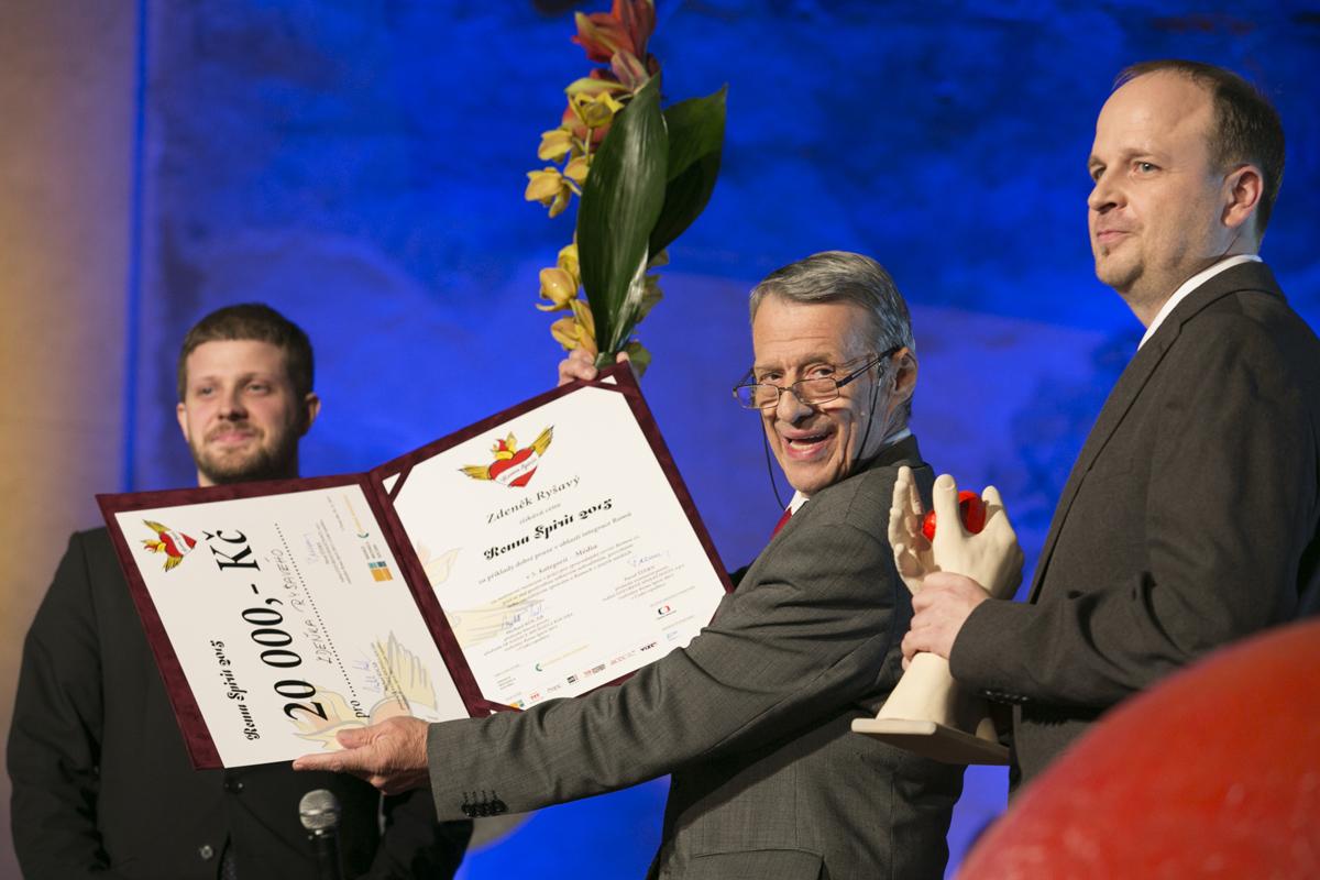 Petr Uhl předává cenu v kategorii Média zakladateli serveru Romea.cz Zdeňkovi Ryšavému.