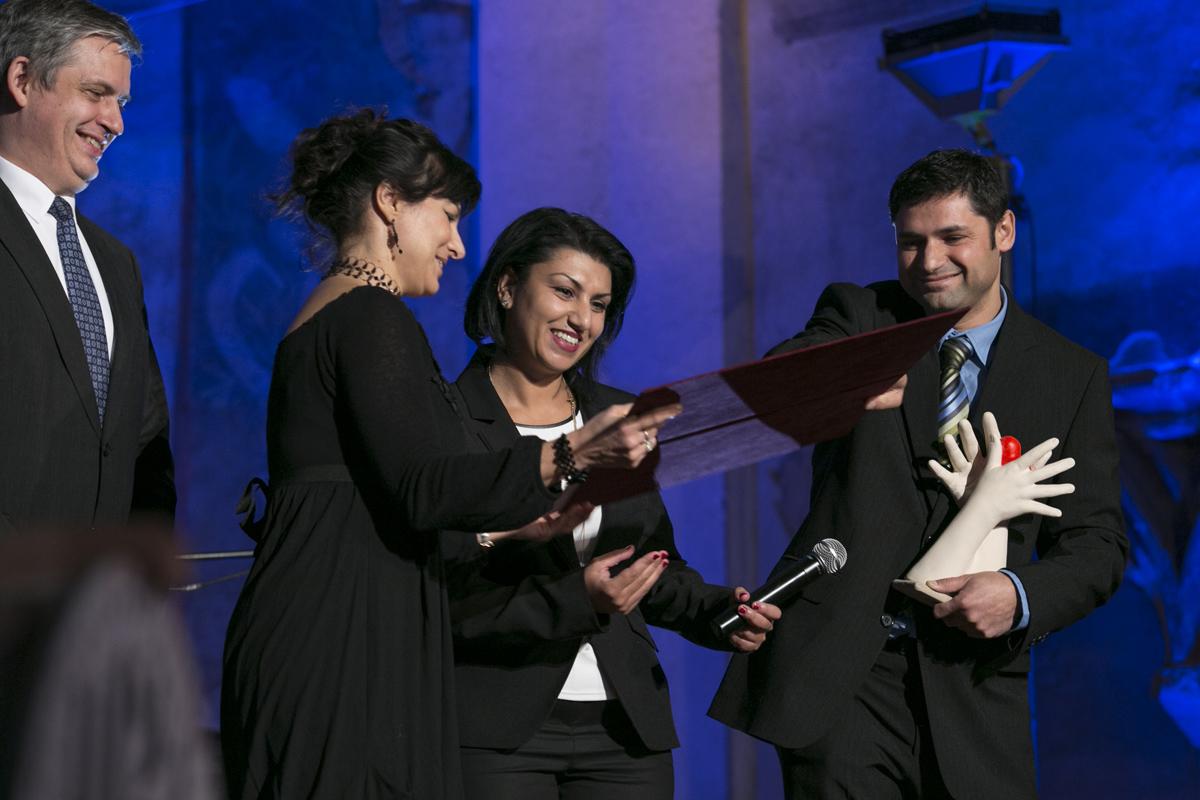 Cenu pro Andreje Giňu předávali Jiří Dienstbier a ředitelka Muzea romské kultury Jana Horváthová.