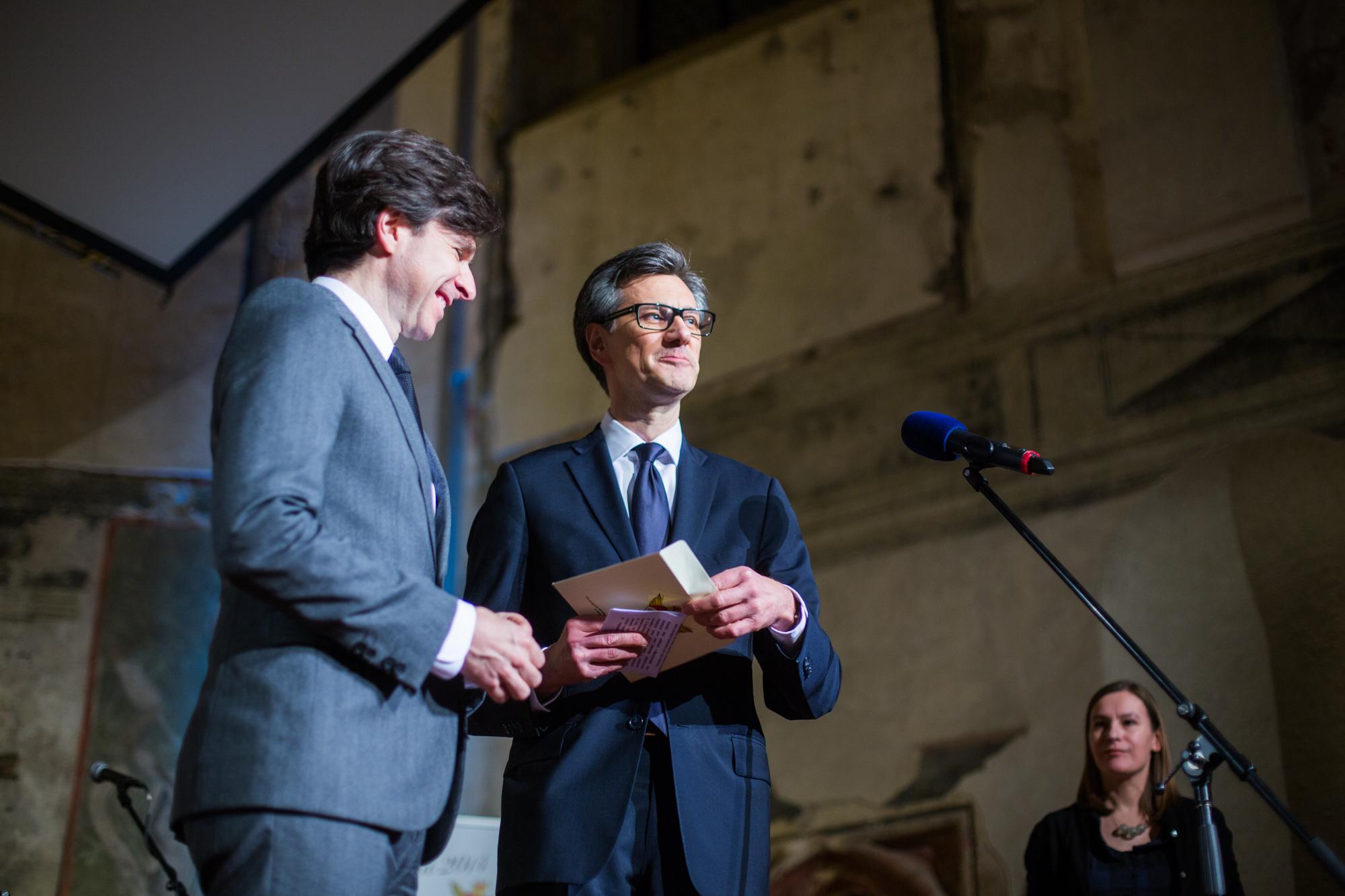 J.E.p. Andrew Hirsch SCHAPIRO, velvyslanec Spojených států amerických, a Jean-Pierre Asvazadourian, velvyslanec Francie, předali cenu v kategorii Obec-město.