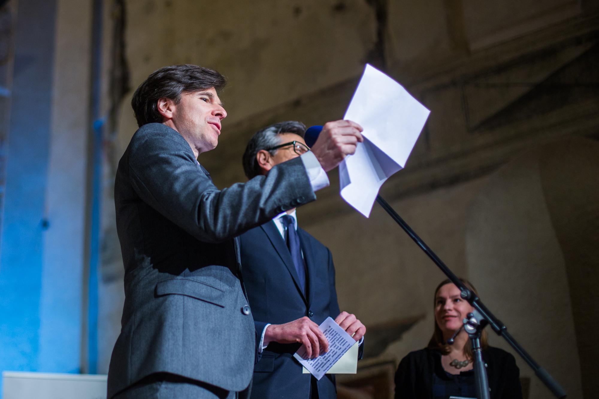 J.E.p. Andrew Hirsch SCHAPIRO, velvyslanec Spojených států amerických, a Jean-Pierre Asvazadourian, velvyslanec Francie, vyhlásili a předali cenu v kategorii Obec-město.