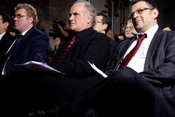 Milan Fridrich (ČT), Michael Kocáb a Kálmán Mizsei (ředitel Romské agendy programů nadace Open Society v Budapešti)