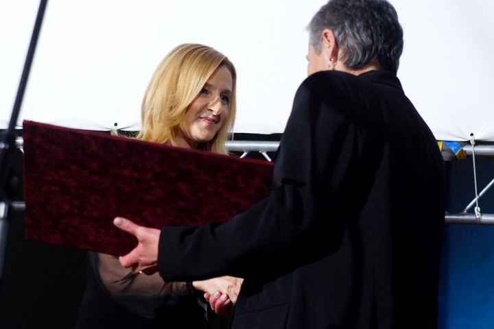 Cenu v kategorii Osobnost převzala z rukou Daniely Drtinové za svého manžela Emila Cinu in memoriam paní Cinová.