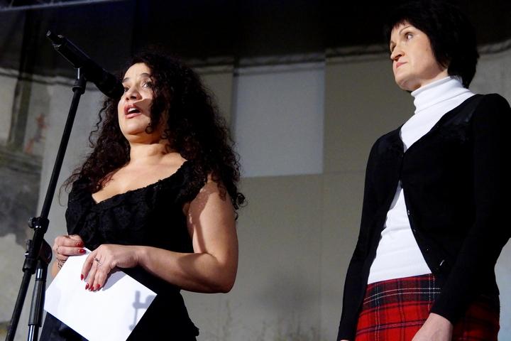 Jarmila Balážová, členka Poroty Čin roku, a Simona Kaňoková, zástupkyně partnera Nadace ČEZ, předaly cenu v kategorii Čin roku