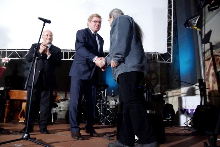 Společně pak předali cenu v kategorii Média Františku Kostlánovi.