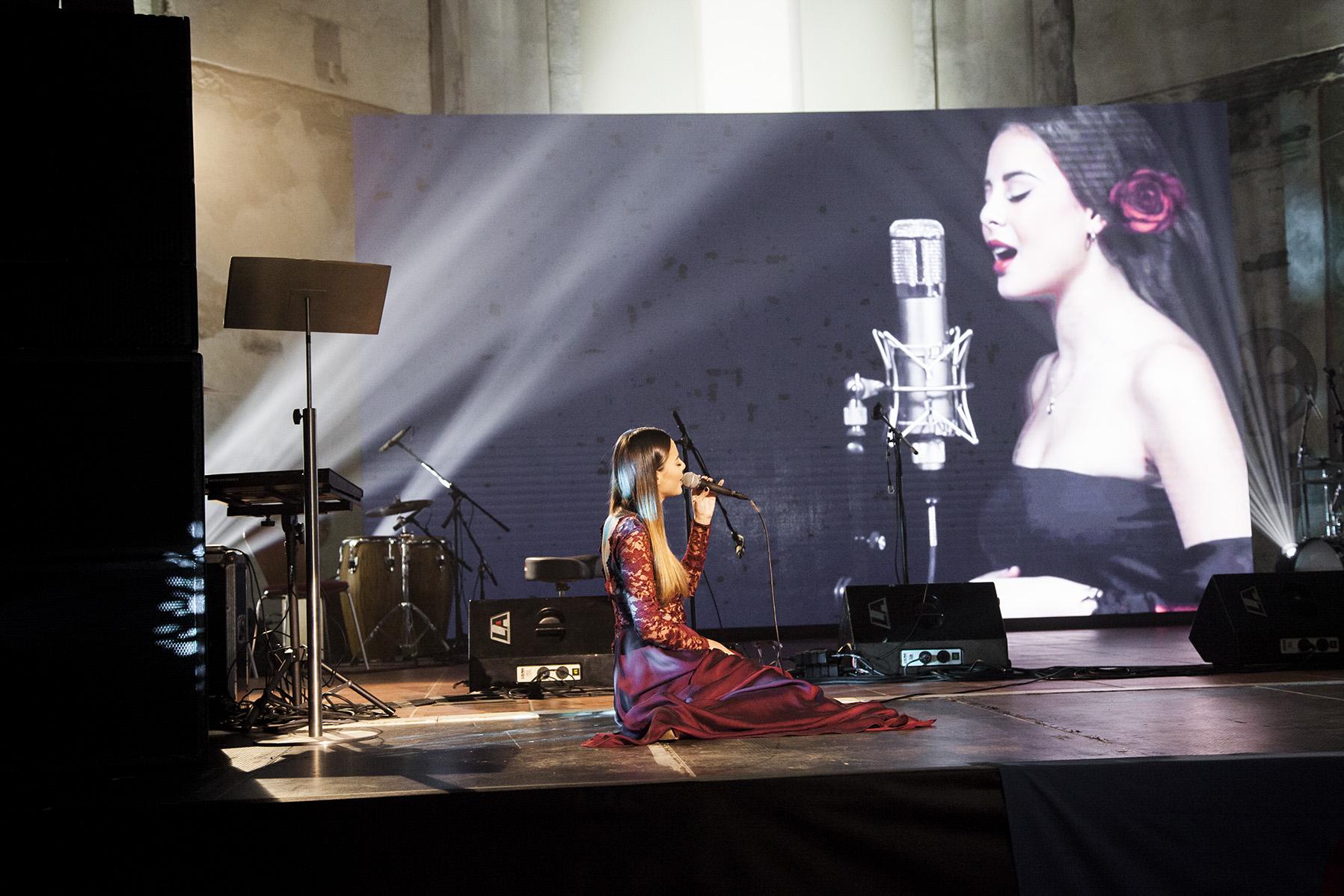 Monika Bárová zahájila slavnostní večer písní Ĺoli Ruža.