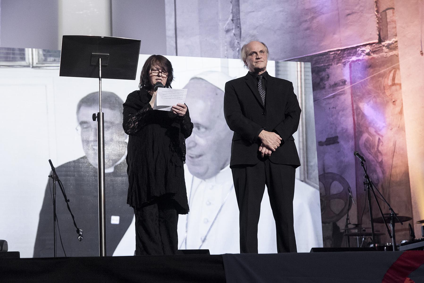 Organizátoři cen Roma Spirit v ČR: Michael Kocáb a Andrea Šenkyříková, která přečetla poselství pro Roma Spirit a ujistění o své modlitbě od papeže Františka.
