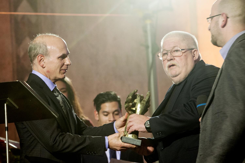 Daniel J. Bader předává cenu zástupcům spolku R-Mosty, na fotografii Richard Frištenský a Jakub Čihák, ředitel R-Mostů.