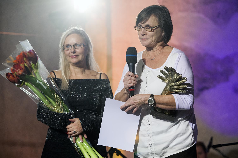 Cenu za Evangelickou akademii, VOŠ a SOŠ převzala paní Jitka Jarošová, ředitelka školy (s mikrofonem), a paní Hana Syslová.