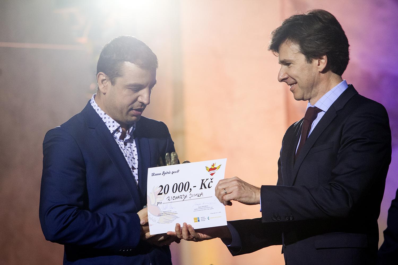 Andrew Schapiro předal cenu v kategorii Média Richardu Samkovi.