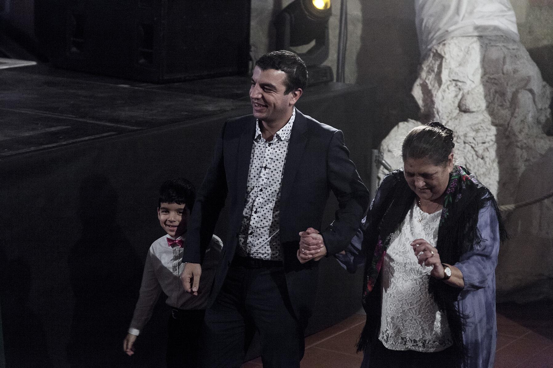 Richard Samko doprovodil Olgu Fečovou na pódium pro cenu.