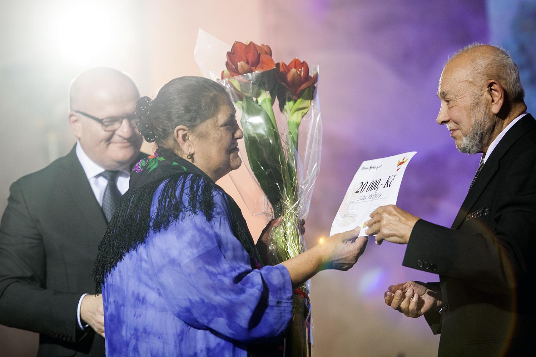 Olga Fečová převzala cenu v kategorii Romská kultura z rukou Daniela Hermana, ministra kultury, a Karla Holomka.