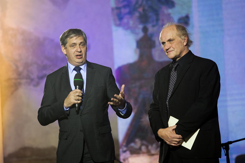 Jiří Dienstbier a Michael Kocáb, v zastoupení generálního ředitele ČT Petra Dvořáka,  předali cenu České televize v kategorii Osobnost.