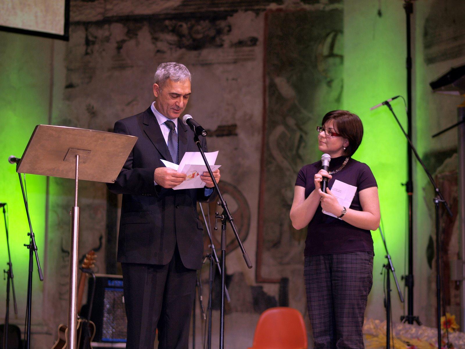 Porotce Andrej Mirga, poradce pro záležitosti Romů a Sintů při OBSE, předal cenu v kategorii Společnost/Firma/Zaměstnavatel Muzeu romské kultury. Cenu převzal zakladatel muzea Karel Holomek.