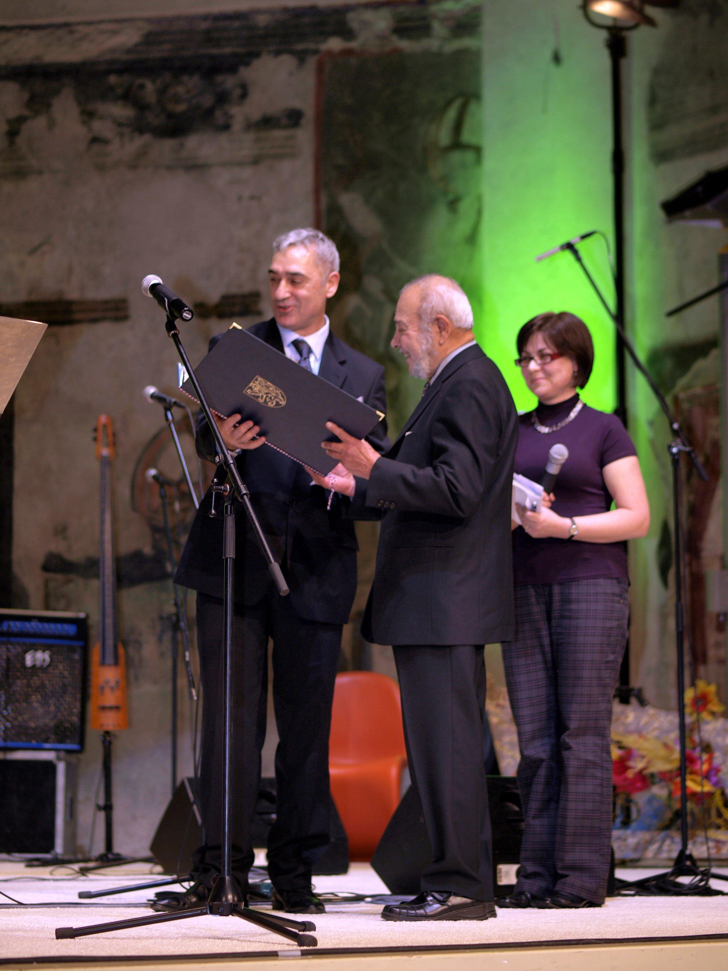 Pan Karel Holomek převzal cenu za Mzeum romské kultury v kategorii Společnost/Firma/Zaměstnavatel z rukou Andrzeje Mirgy, poradce pro záležitosti Romů a Sintů při OBSE.