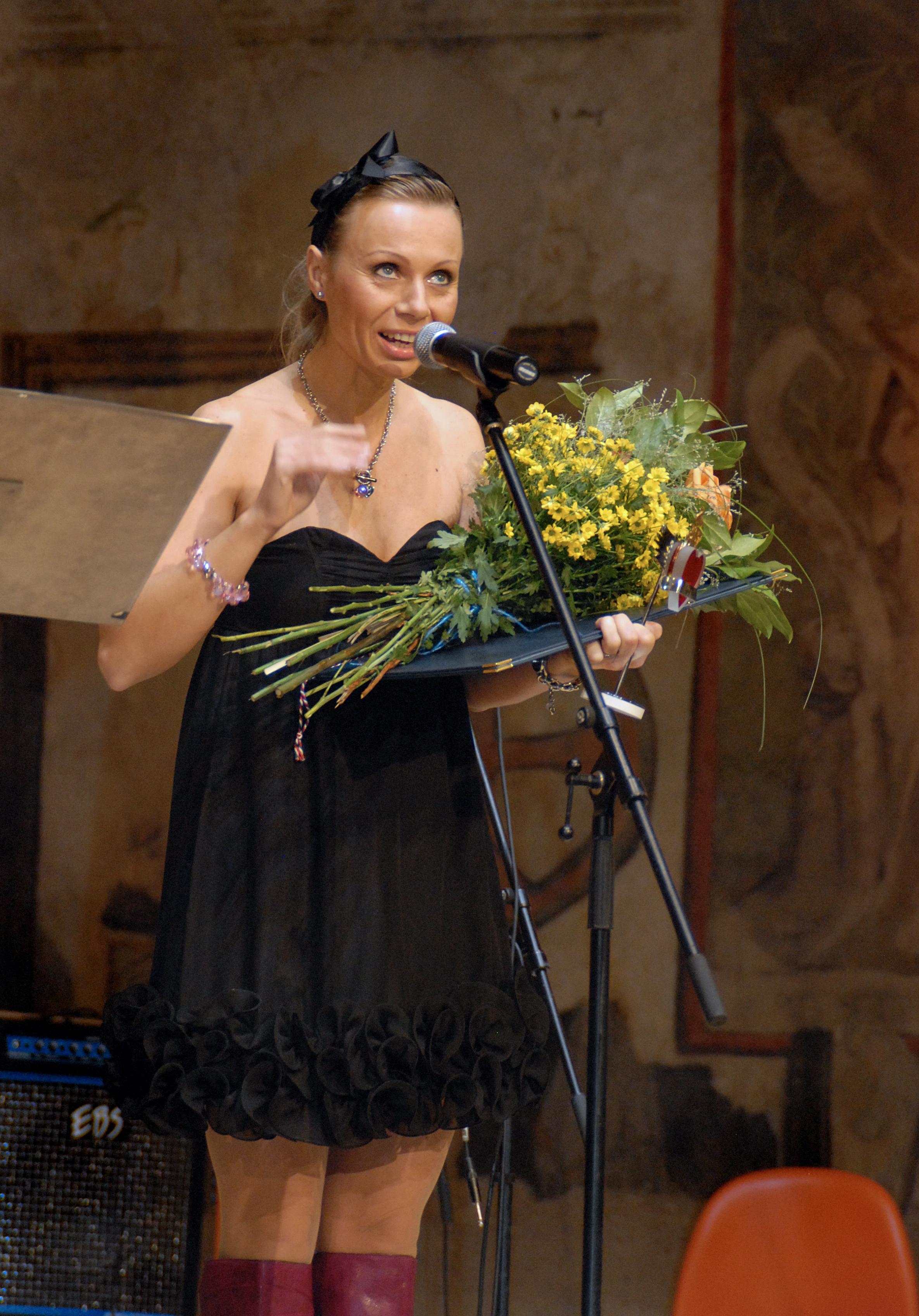 Ředitelka MŠ a ZŠ Svitavy-Lačnov, Radka Renzová, převzala cenu za jásotu dětí, které přijely ze Svitav.