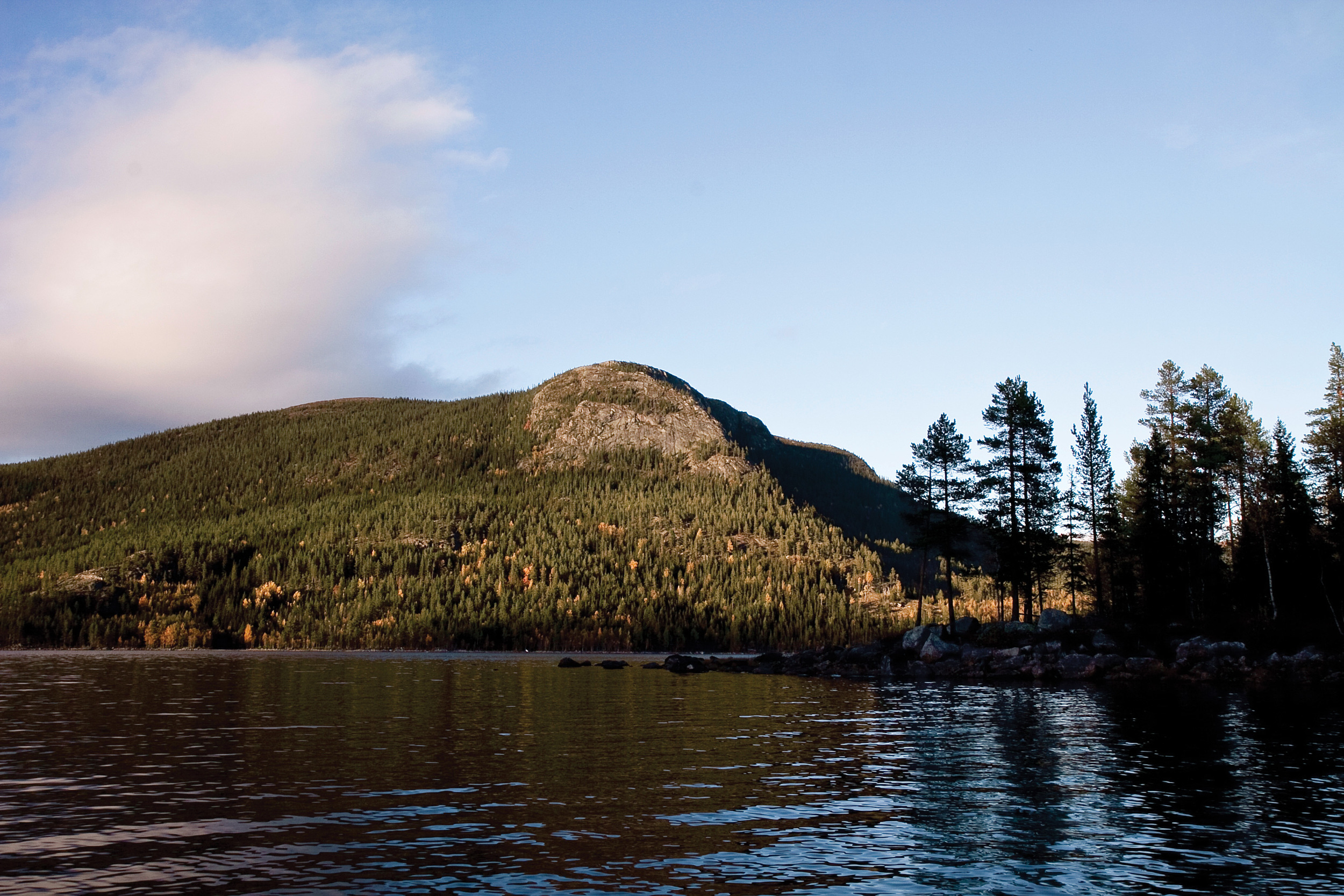 Nevlingen ligger i Vassfaret landskapsvernområde. Nevlingkollen bak er naturreservat. Vassfaret, Buskerud. Foto: John Yngvar Larsson, NIBIO