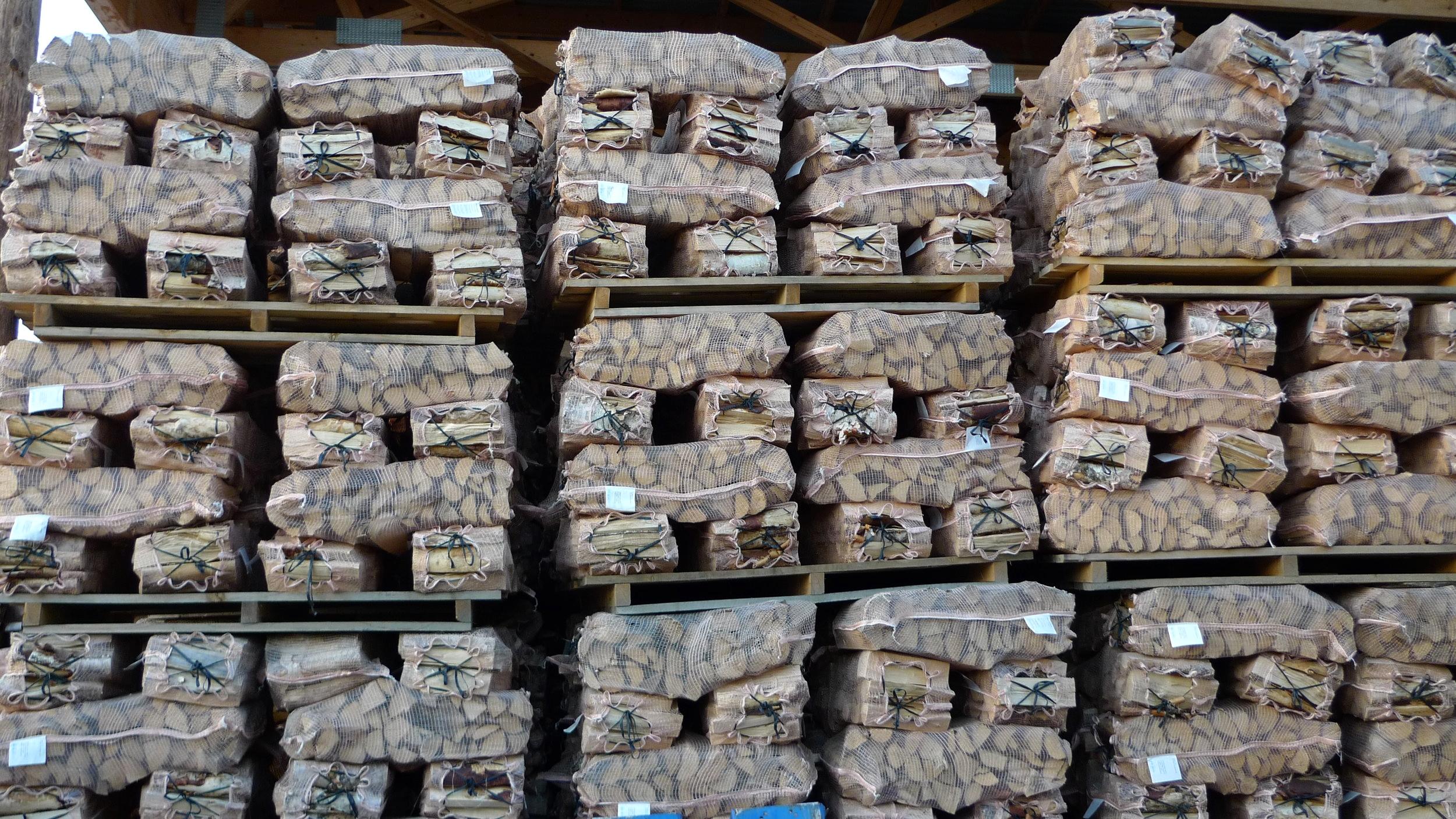 Fyringsved er det mest brukte biobrenslet i Norge. I 2016 utgjorde forbruket av ved 5,61 TWh, det tilsvarer om lag 1,2 millioner tonn ved, eller 2,4 millioner fastkubikkmeter. Foto: Eirik Nordhagen,NIBIO